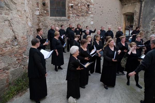 The Chorale rehearses outside, at Valleggio sul Mincio